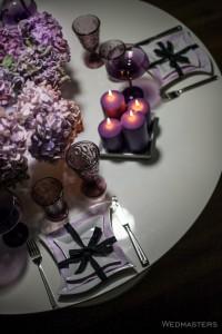 Violetinės spalvos stalo dekoro kompozicija