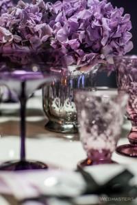 Violetinės spalvos stalo dekoro gėlės ir vaza