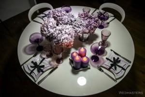 Violetinės spalvos stalo dekoras