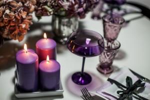 Žvakės violetiniam stalo dekorui