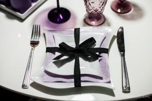 Violetinės spalvos stalo dekoro lėkštės